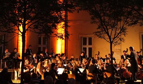 Konzert bei abendlicher Stimmung im Klosterhof Ensdorf